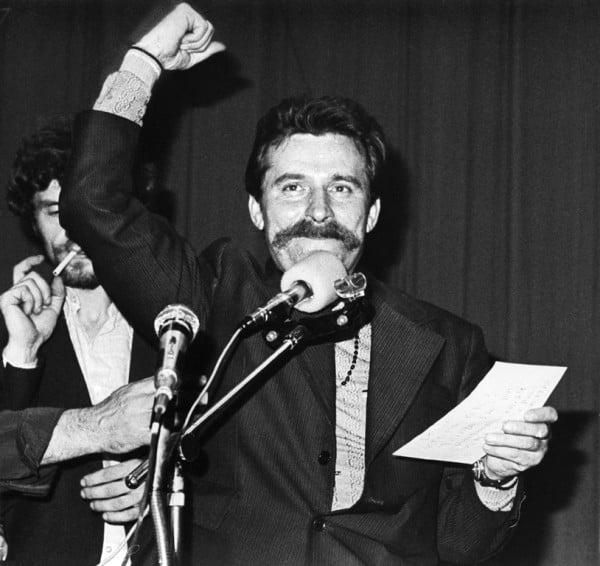 Lech Wałęsa w Sali BHP Stoczni Gdańskiej, sierpień 1980 roku (fot. Giedymin Jabłoński, ze zbiorów Europejskiego Centrum Solidarności, CC BY-SA 3.0 PL)