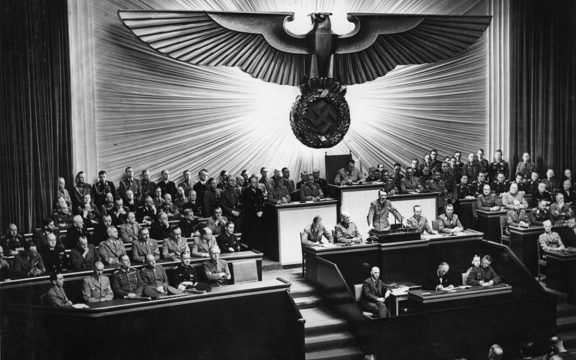Adolf Hitler przemawia w Reichstagu, 11 grudnia 1941 roku (fot. Bundesarchiv, Bild Bild 183-1987-0703-507, CC-BY-SA 3.0)