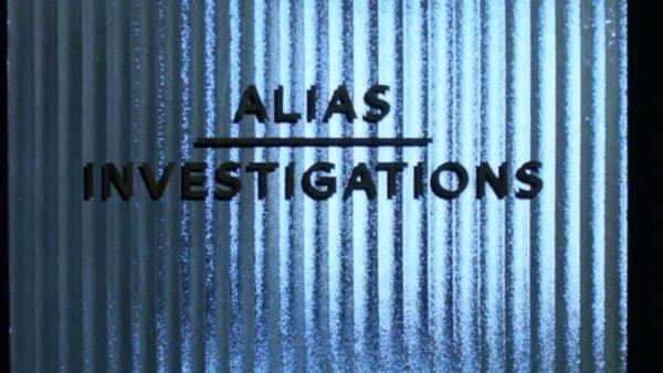 """Kadr z filmu: Szyba w drzwiach z napisem """"Alias Investigation"""" – nazwą biura detektywistycznego """"Jessiki Jones"""""""