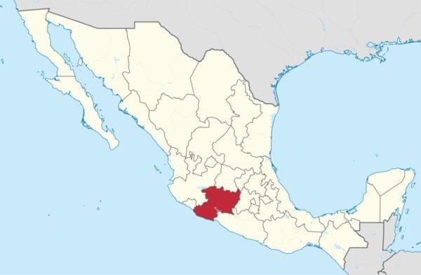 Mapa konturowa Meksyku z zaznaczonymi granicami stanów. Michoacán wyróżniony czerwonym kolorem.
