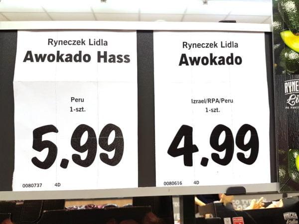 """Sklepowe etykiety z nazwą produktów, ceną i krajem pochodzenia. Na jednej z nich czytamy: """"Awokado. Izrael/RPA/Peru. 1-szt. 4,99""""."""